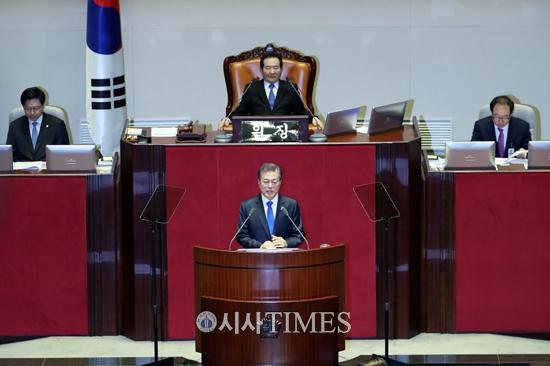 """문재인 대통령 """"내년 지방선거 때 개헌투표 바람직"""""""
