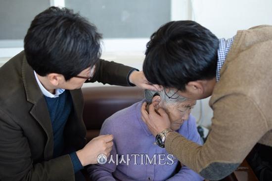포낙보청기, 증도면 주민 위해 청력 검사· 보청기 기증