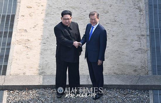 """문 대통령 """"한반도문제 우리가 주인""""-김 위원장 """"대결 역사에 종지부"""""""