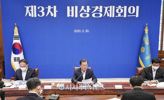 """문 대통령 """"소득 하위 70%, 4인가구 기준 100만원 지급"""""""