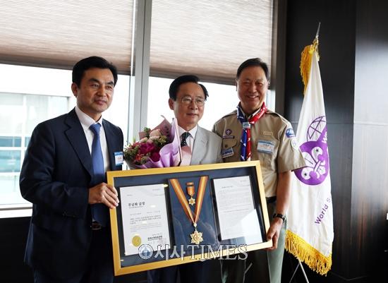 강태선 한국스카우트연맹 총재, 이주영 전국회부의장에게 '무궁화화 금장'수여
